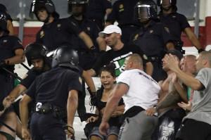 Polscy kibice zostali pobici przez hiszpańską policję podczas meczu Sevilla FC - Śląsk Wrocław. Powodem miało być oblanie jednego z funkcjonariuszy policji butelką wody.