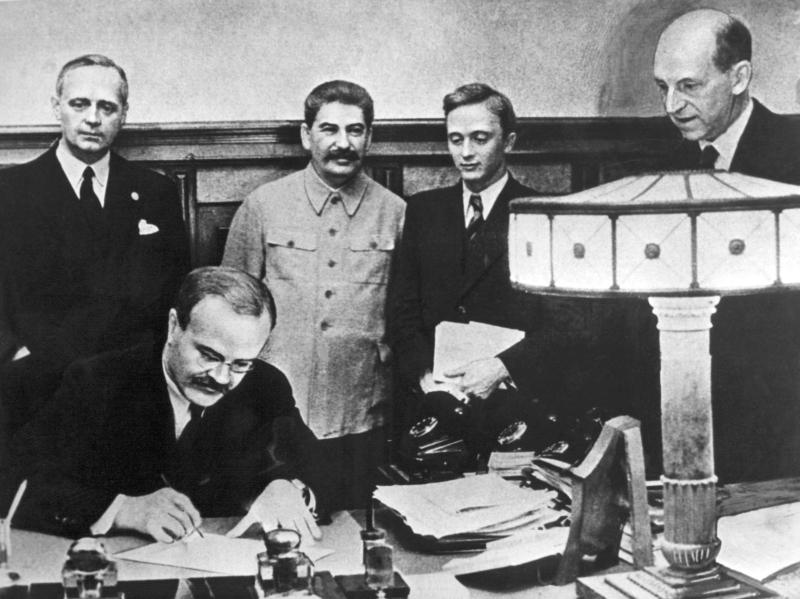"""Pakt Ribbentrop-Mołotow a ,,polskie obozy koncentracyjne"""""""