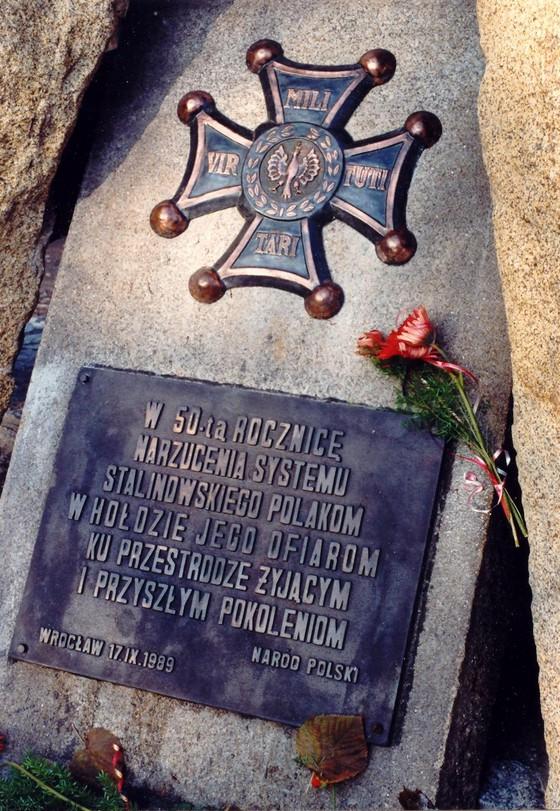 Wrocław w Dniu Święta Niepodległości – Patriotyczne Spotkanie pod Pomnikiem Ofiar Stalinizmu