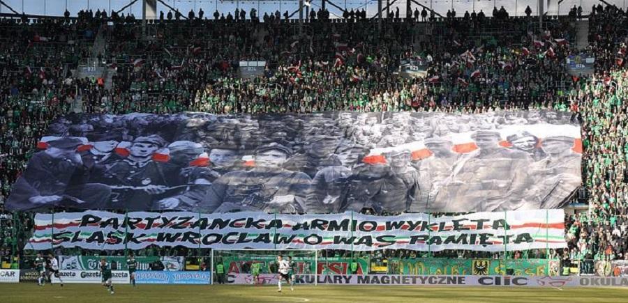 Kibice na polskich stadionach i historyczna solidarność pokoleń