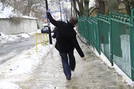 Złamałeś rękę lub nogę na chodniku? Zeznaj, że na przejściu dla pieszych.