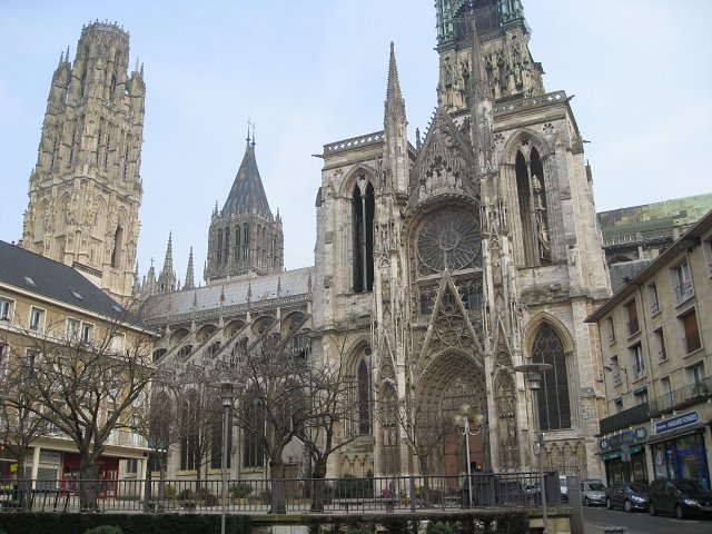 Diecezja Rouen wyprzedaje zabytkowe ornaty, stuły, kielichy, cyboria, monstrancje, relikwiarze (z zawartością!)