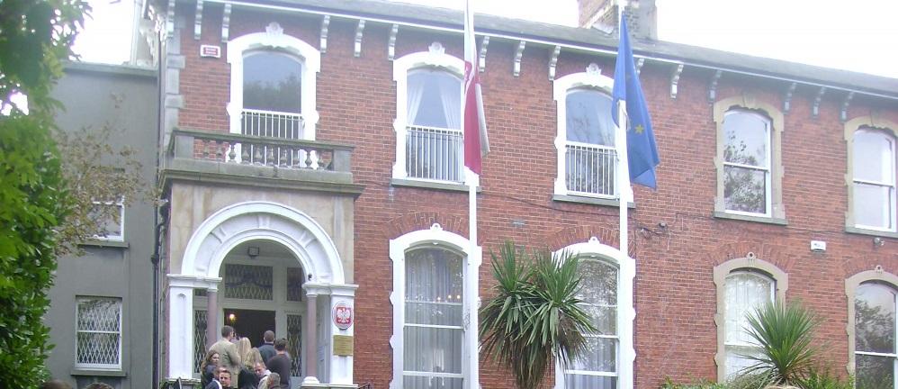 Ambasada w Dublinie czy podrzędna knajpa?