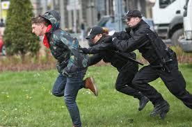 Prymitywni sadyści w policyjnych mundurach kolejny raz pokazują swoją twarz na Placu Zbawiciela.