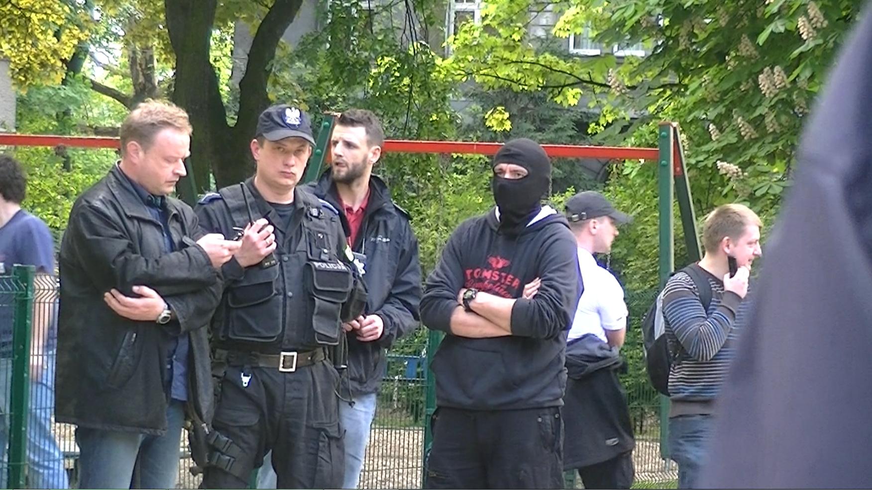 Po wiecu 9 maja pod pomnikiem NKWD w Katowicach