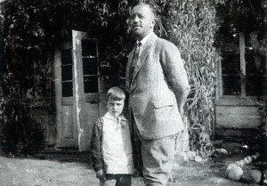 Trzeciny około roku 1930. Wojciech Jaruzelski z ojcem Władysławem Mieczysławem Jaruzelskim.