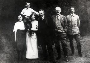 Wojciech Jaruzelski (2L) m.in. z matką Wandą Jaruzelską (Zarembianką) (3L) i ojcem Władysławem Mieczysławem Jaruzelskim (3P).