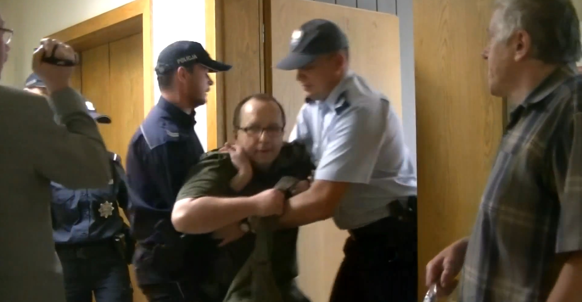 Cysewski przemocą wyrzucony z sali sądowej własnego procesu