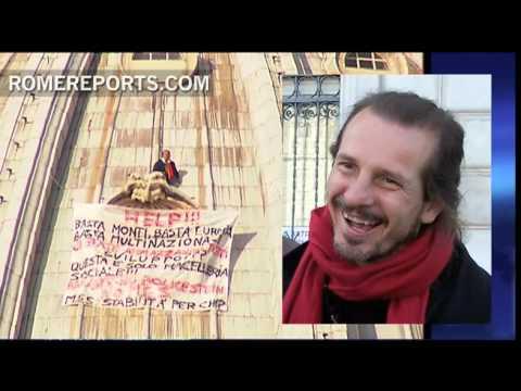 Mężczyzna protestuje na fasadzie bazyliki w Watykanie