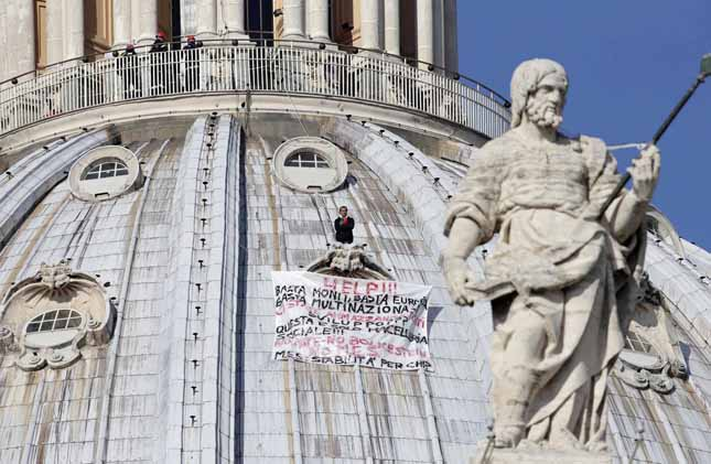 "Zdjęcie z wcześniejszego protestu Marcello Di Finizio w dniu 3 października 2012 roku. Protestujący napisał: ""Help!! Enough Monti, enough Europe, enough multinationals, you are killing all of us. Development?? This is a social butchery!!"" Foto LaPresse (AP Photo/Andrew Medichini)"