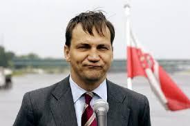 Marszałek Sikorski otoczony PiSowskim kordonem