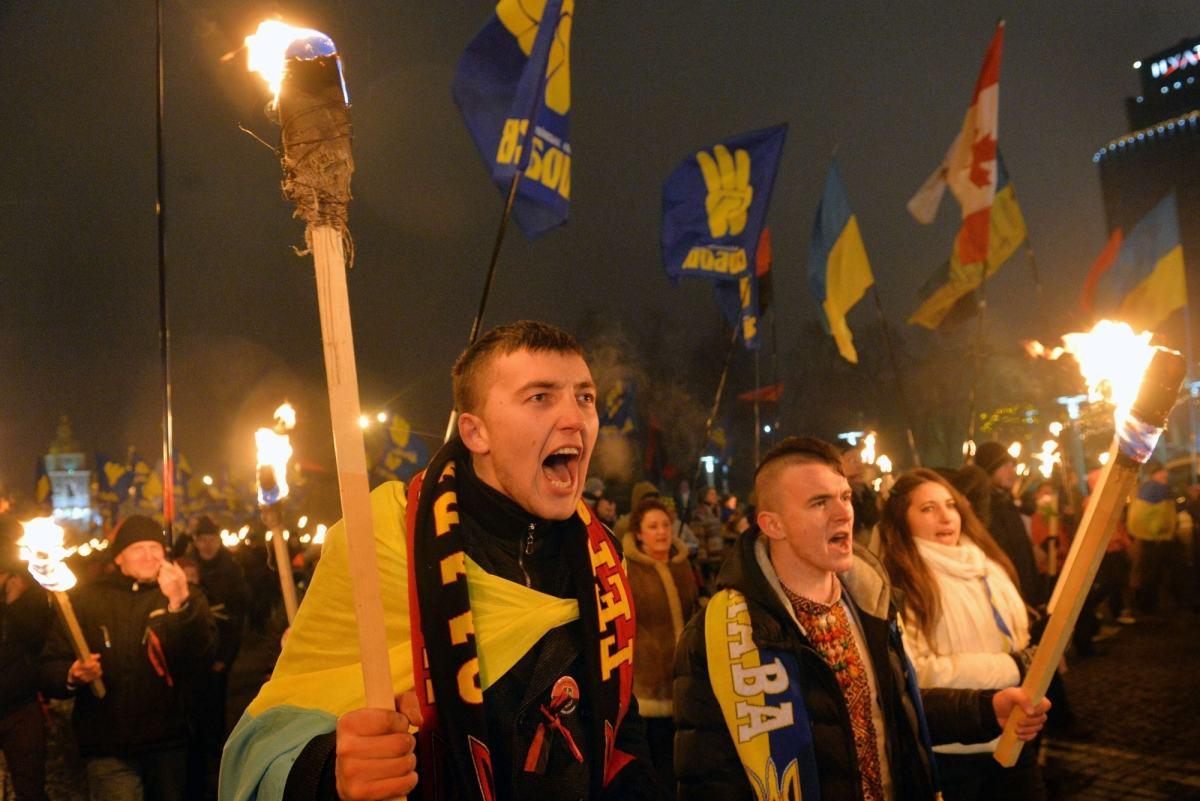 Banderowcy  z pochodniami maszerują w Kijowie
