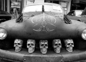 auto z czaszkami