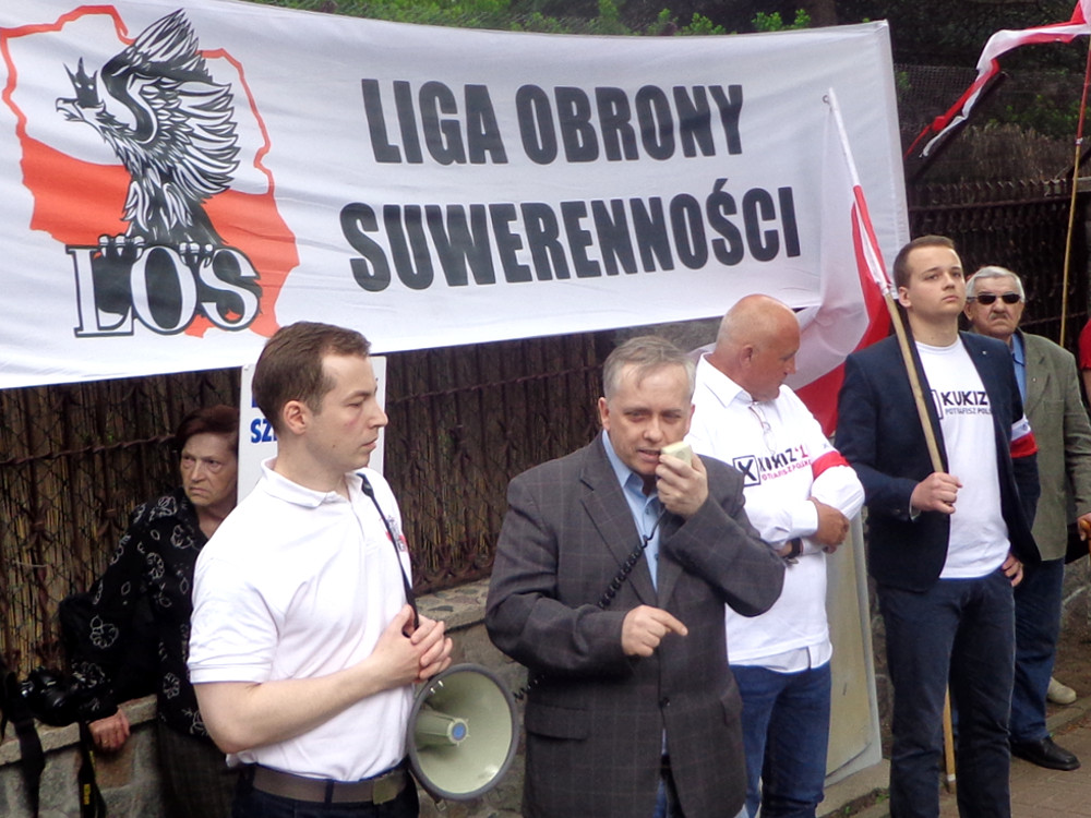 Demonstracja przed willą Lecha Wałęsy
