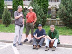 13. Świdnik, przed wystawą braci Kotów. Siedzą - od lewej Zbigniew Kot i Lech L. Przychodzki