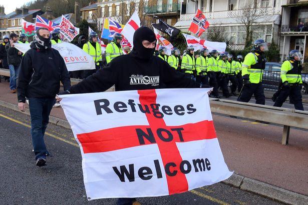 Władza załatwia problem emigrantów w portowym Dover rękoma skrajnych bojówek