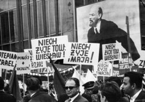 """PHOTO:EAST NEWS WARSZAWA 07/03/2008 REPRODUKCJE ZDJEC Z WYSTAWY """"40 ROCZNICA WYDARZEN MARCA 68 W WARSZAWIE"""" ZNAJDUJACEJ SIE NA TERENIE UW N/Z: POCHOD 1-MAJOWY (1968)"""