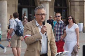 Dr-hab.-Józef-Brynkus-mówi-o-Powstaniu-Warszawskim-na-Rynku-Głównym-w-Krakowie