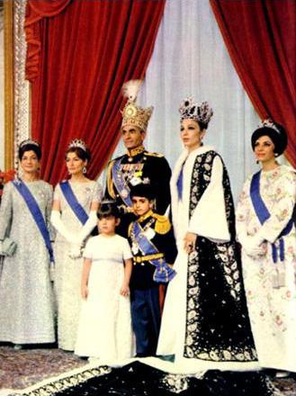Oficjalne zdjęcie rodziny królewskiej w dniu koronacji szacha 26 października 1967 (wikipedia)