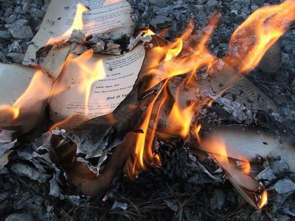 palenie chrześcijańskich ksiąg