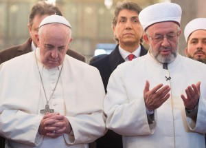 epa04508149 Contrast in praying....In this photo provided by Vatican newspaper L' Osservatore Romano, Pope Francis Pope Francis (L) prays with  Mufti Rahmi Yaran after their arrival in the Sultan Ahmed Mosque  in Istanbul,  29 November 2014. The historic mosque - well known for its blue tiles adorning the interior walls - was built from 1609 till 1616. The pontiff concludes his visit 30 November when he will continue visiting key sites of the city's Byzantine and Ottoman heritage.  EPA/OSSERVATORE ROMANO  HANDOUT EDITORIAL USE ONLY/NO SALES  Dostawca: PAP/EPA.