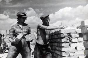 Warszawa, 1946. Odbudowa Warszawy. Starowka, murarz i jego pomocnik - dziewczyna. Reprodukcja: FoKa/FORUM