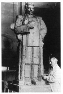 z18384902Q,Xawery-Dunikowski-przy-modelu-pomnika-Stalina-maja