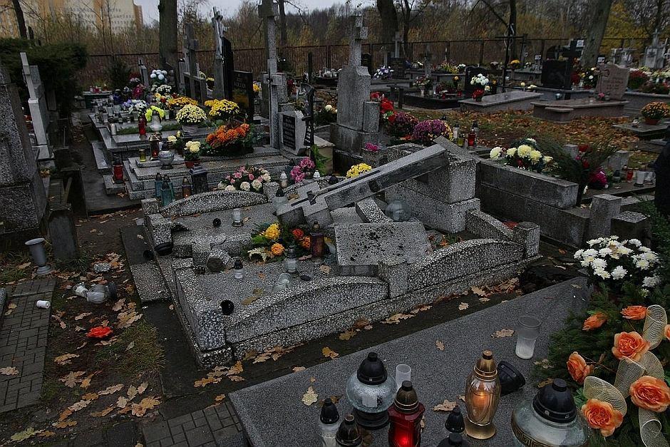 Szokująca profanacja na cmentarzu w Ełku! Ponad 100 nagrobków zniszczonych