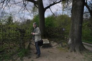 Kwiecień 2015, Kazimierz Dln., Lech L. Przychodzki obok grobu Juliusza hr. Małachowskiego;