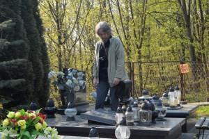 Rok 2015, Kazimierz Dln. Lech L. Przychodzki obok grobu przyjaciela z lat młodości, poety - Krzysztofa Paczuskiego