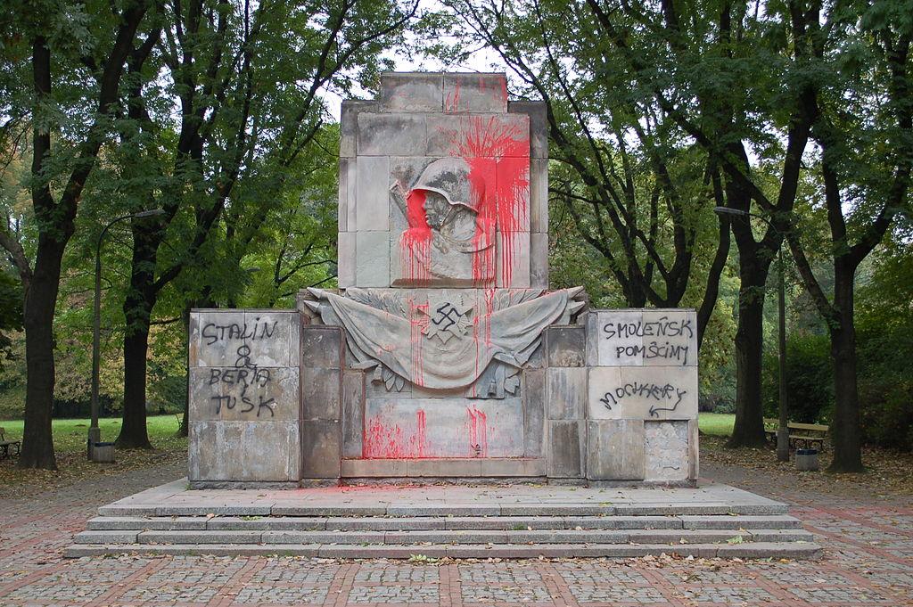 pomnik zbeszczeszczony