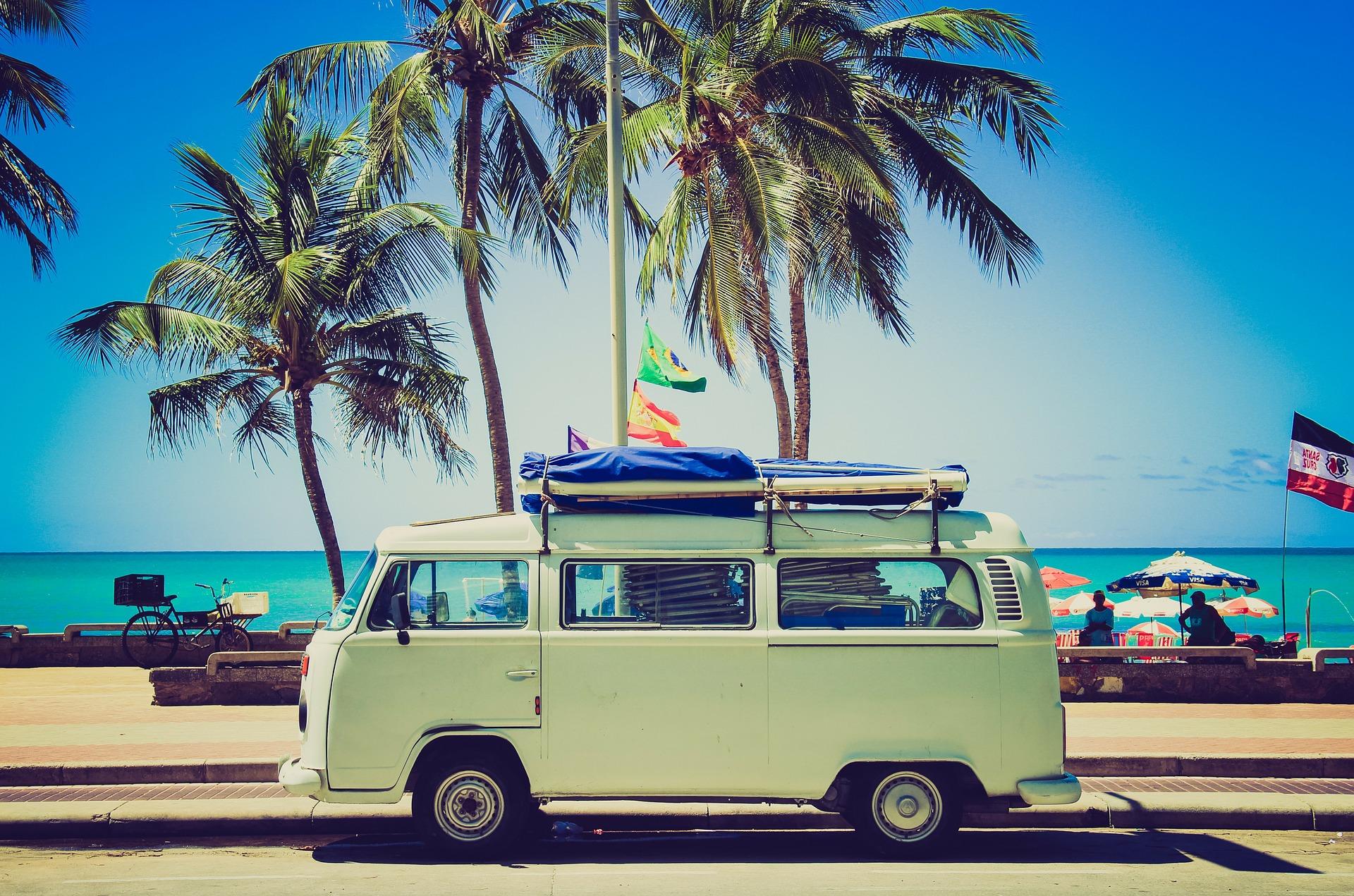 Dalekie wakacje samochodem? Sprawdź, jak przygotować pojazd i skąd wziąć na to pieniądze.