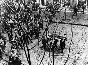 Ciało Zbyszka Godlewskiego zastrzelonego 17 grudnia 1970 roku w Gdyni