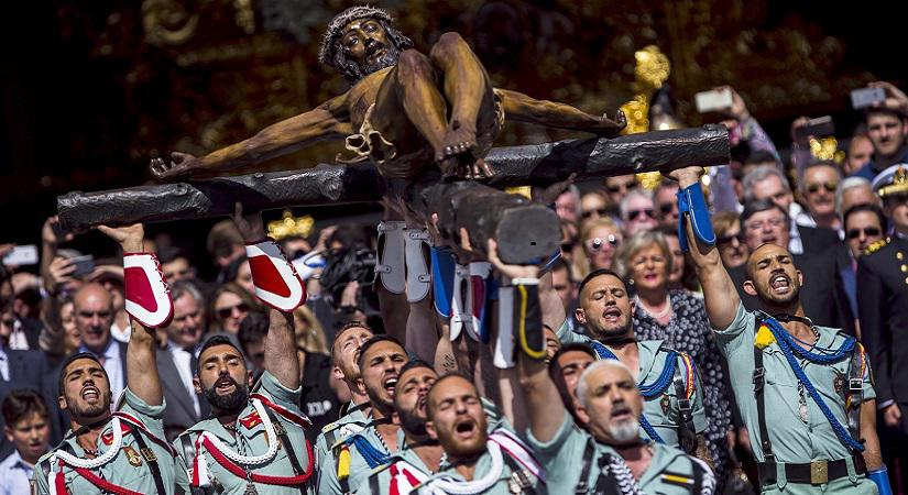 epa05906065 A crowd watch during the transfer ceremony of the Chirst of the Good Death, by the legionaries of the regiment D.Juan de Austria III, during the Saint Thursday of the Holy Week in Malaga, Andalusia, Spain, 13 April 2017. EPA/JORGE ZAPATA Dostawca: PAP/EPA.