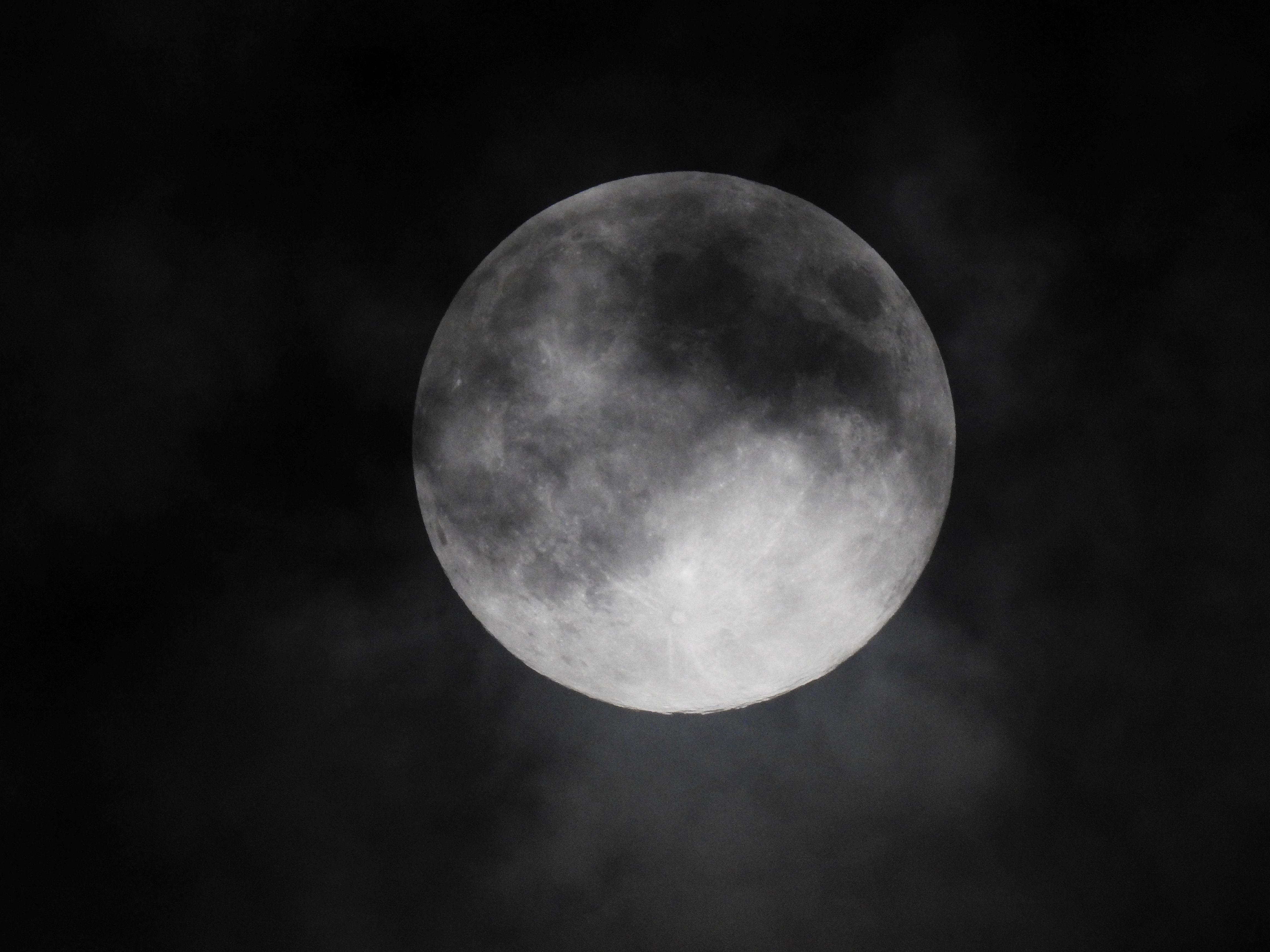 Płaska Ziemia, czemu nie płaski Księżyc?