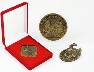 Polacy coraz chętniej wybierają medale okolicznościowe – Z czego to wynika?