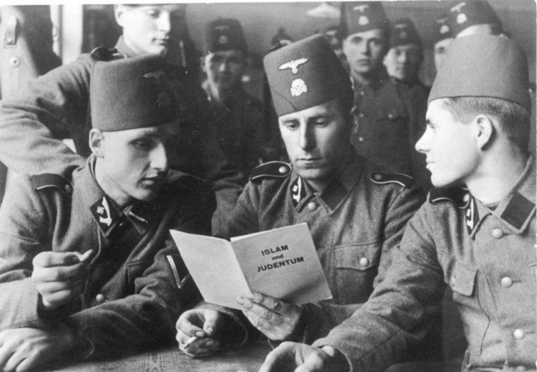 muzułmańscy zołnierze Hitlera czytają broszurę