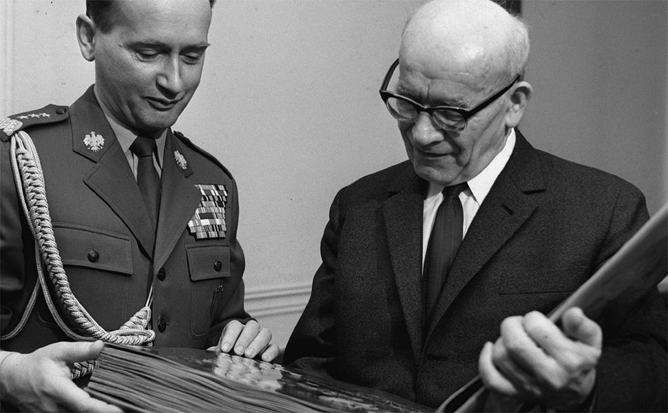 1970. 65 rocznica urodzin I sekretarza KC PZPR W³adys³awa Gomu³ki (P). Z lewej minister obrony narodowej gen. Wojciech Jaruzelski. /bpt/ PAP/CAF-archiwum