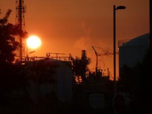 rafineria zachód słońca