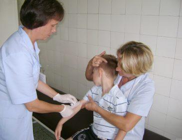 0 zgonów po chorobie, 108 zgonów po szczepionce